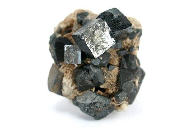 Il cristallo di perovskite cambia forma con la luce: è una risorsa per il nostro futuro