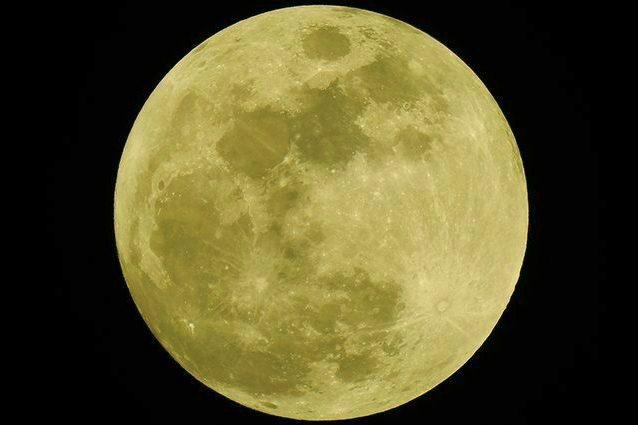 """Occhi al cielo per la """"Luna del Grano"""": quando vederla e perché si chiama così"""