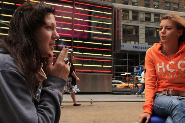 Una persona su 4 è 'vittima' di fumo passivo al lavoro: quali sono i rischi per la salute