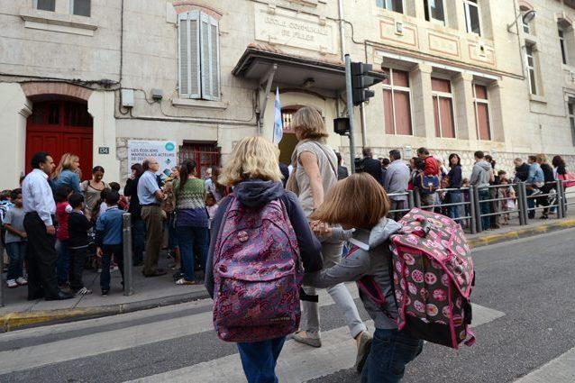 Andare a scuola a piedi fa male al cervello: gli effetti dello smog sull'apprendimento