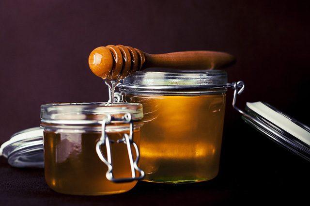 Miele, il 75% contaminato da pesticidi: quali sono i rischi per la nostra salute e le api
