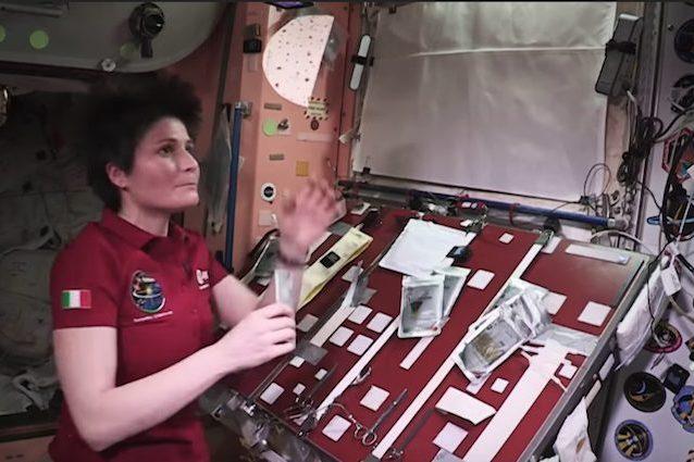 Gli astronauti che fluttuano e la gravità: la Cristoforetti sbufala un libro scolastico