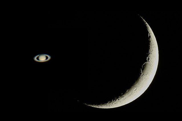 Saturno 'bacia' una sottilissima falce di Luna: quando e come assistere allo spettacolo