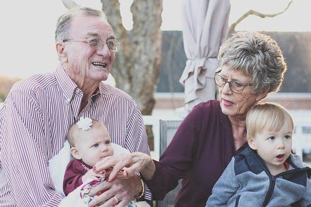 Nonni pericolosi per la salute dei nipoti: troppi vizi aumentano il rischio cancro e obesità