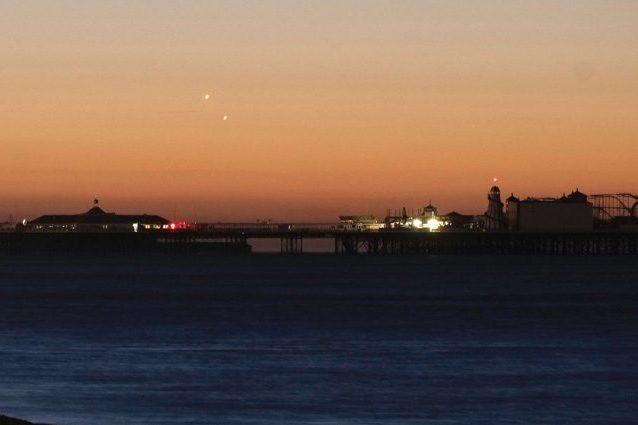 """Venere e Giove si """"baciano"""" in cielo: le immagini dell'avvicinamento all'alba"""