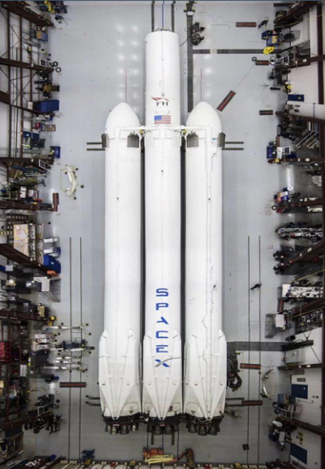 Musk spedisce una Tesla Roadster nello spazio: tutto pronto per il debutto del Falcon Heavy