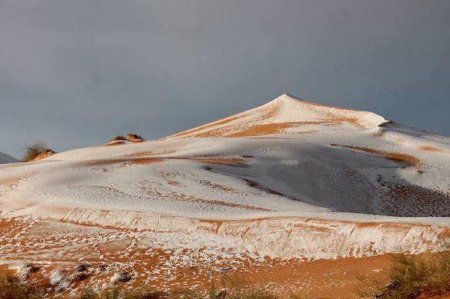 Neve nel Sahara, lo spettacolo del deserto imbiancato