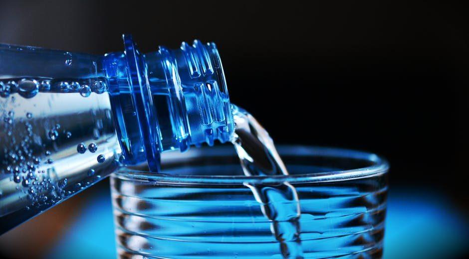 Basta acqua in bottiglia, quella del rubinetto non è contaminata