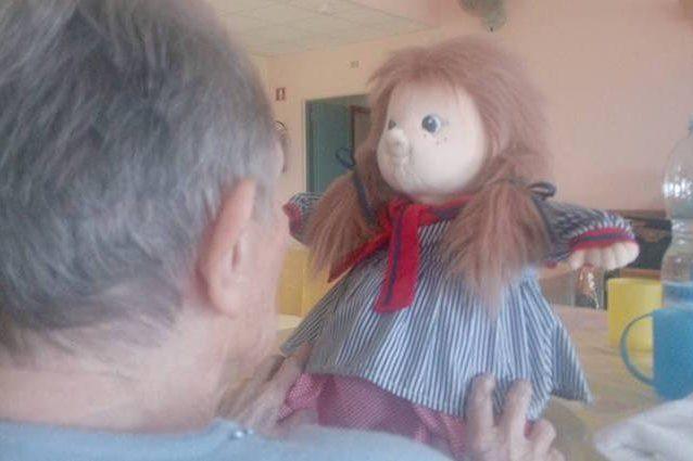 Una bambola contro la demenza: nuova terapia negli ospedali di Torino