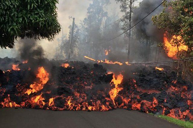 La devastante eruzione del vulcano Kilauea può durare anni: distrutte case e strade