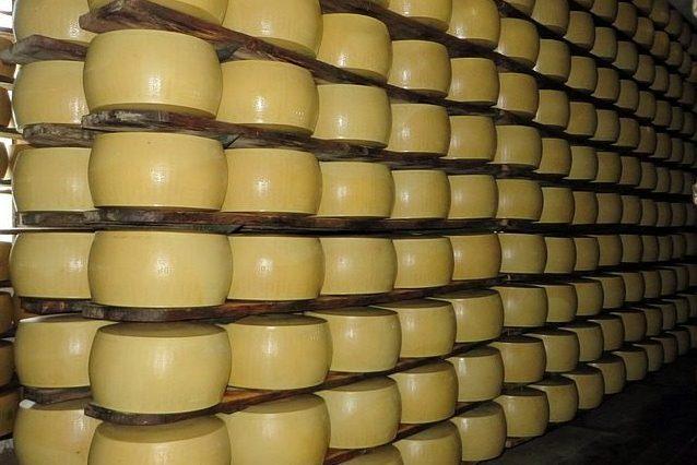 Parmigiano pericoloso come il fumo: OMS e ONU non hanno dichiarato guerra al cibo italiano