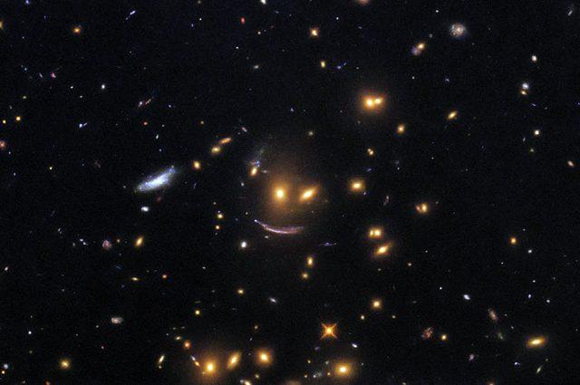 """Il Telescopio Spaziale Hubble ha scoperto un """"sorriso"""" nello spazio profondo"""