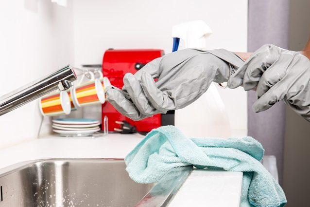 Pulire casa per un'ora al giorno riduce il rischio di morte