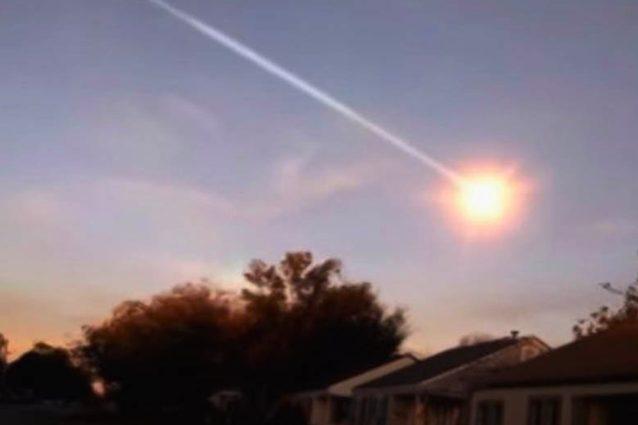 Una palla di fuoco infiamma il cielo: il passaggio del meteo