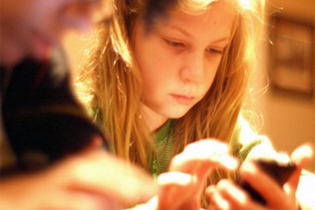 """""""Gli smartphone aumentano la diffusione dei pidocchi tra i bambini"""""""