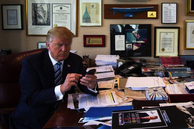 Donald Trump cede alle richieste: ora usa un iPhone