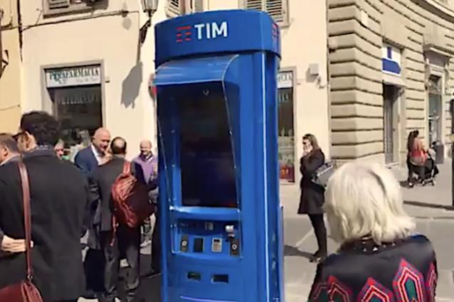 WiFi, ricariche e chiamate: in Italia arriva la cabina telefonica 2.0