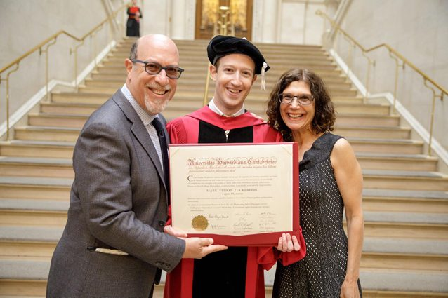 Mark Zuckerberg si è laureato: ecco il discorso davanti agli studenti di Harvard