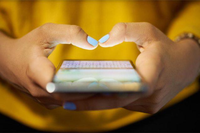 """In aumento la sindrome del """"pollice da smartphone"""": rischio osteoartrite"""