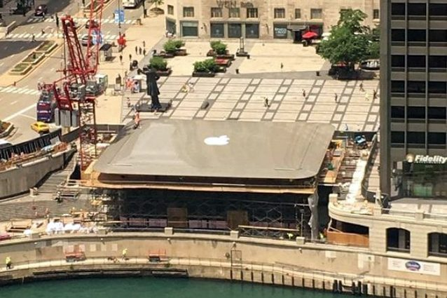 Un MacBook gigante sul tetto del nuovo Apple Store di Chicago
