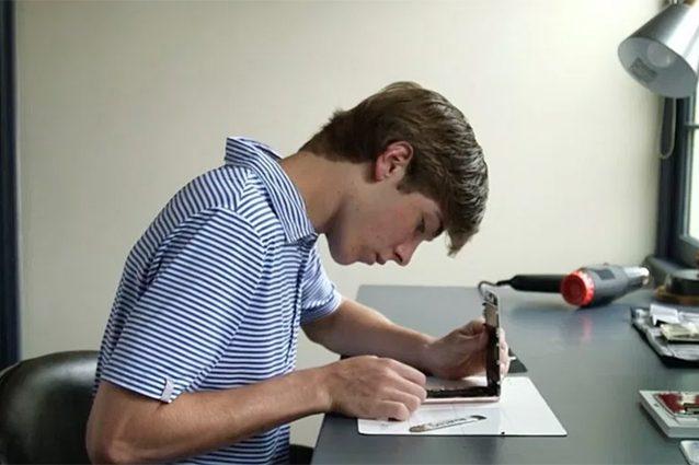 Questo ragazzo guadagna 24.000 dollari riparando iPhone durante le vacanze estive