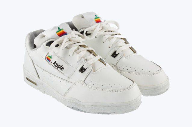 Le scarpe da ginnastica Apple all'asta su eBay a 15.000 dollari