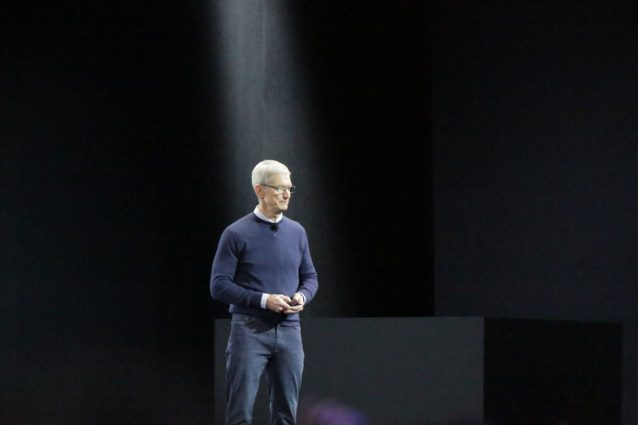 """Tim Cook sale sul palco: """"Sarà la più grande WWDC di sempre"""""""