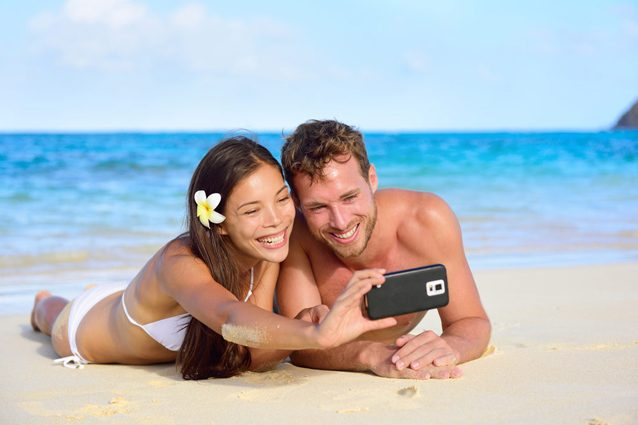 Smartphone e social network anche in vacanza: il 57% vuole rimanere connesso