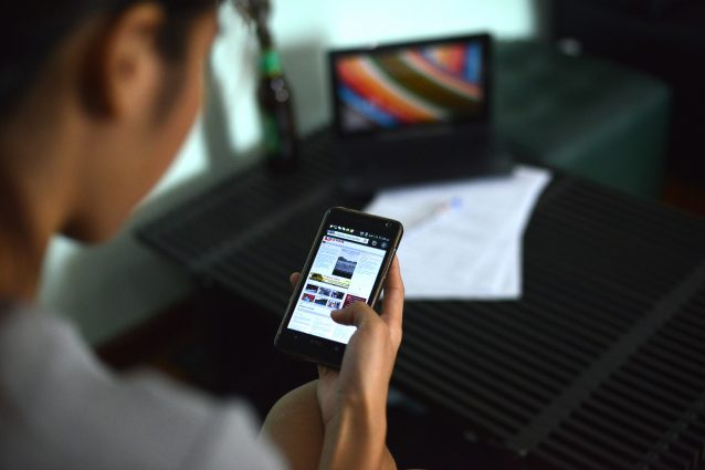 Usare il cellulare a letto non nuoce alla salute, occhio ai titoli acchiappa click