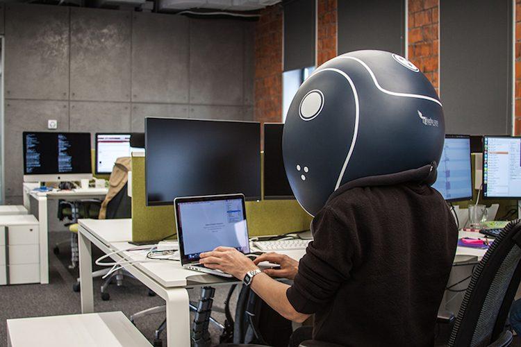 Helmfon, il casco da ufficio che ti isola dai colleghi rumorosi