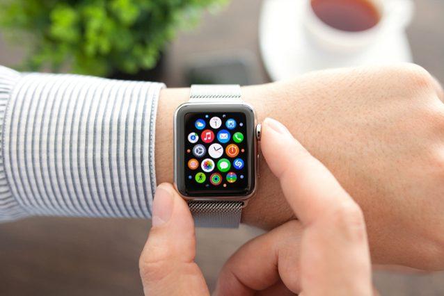 Usa l'Apple Watch alla guida: donna multata