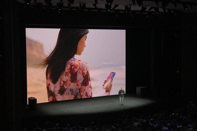 L'iPhone X si sbloccherà con il volto: arriva il Face ID