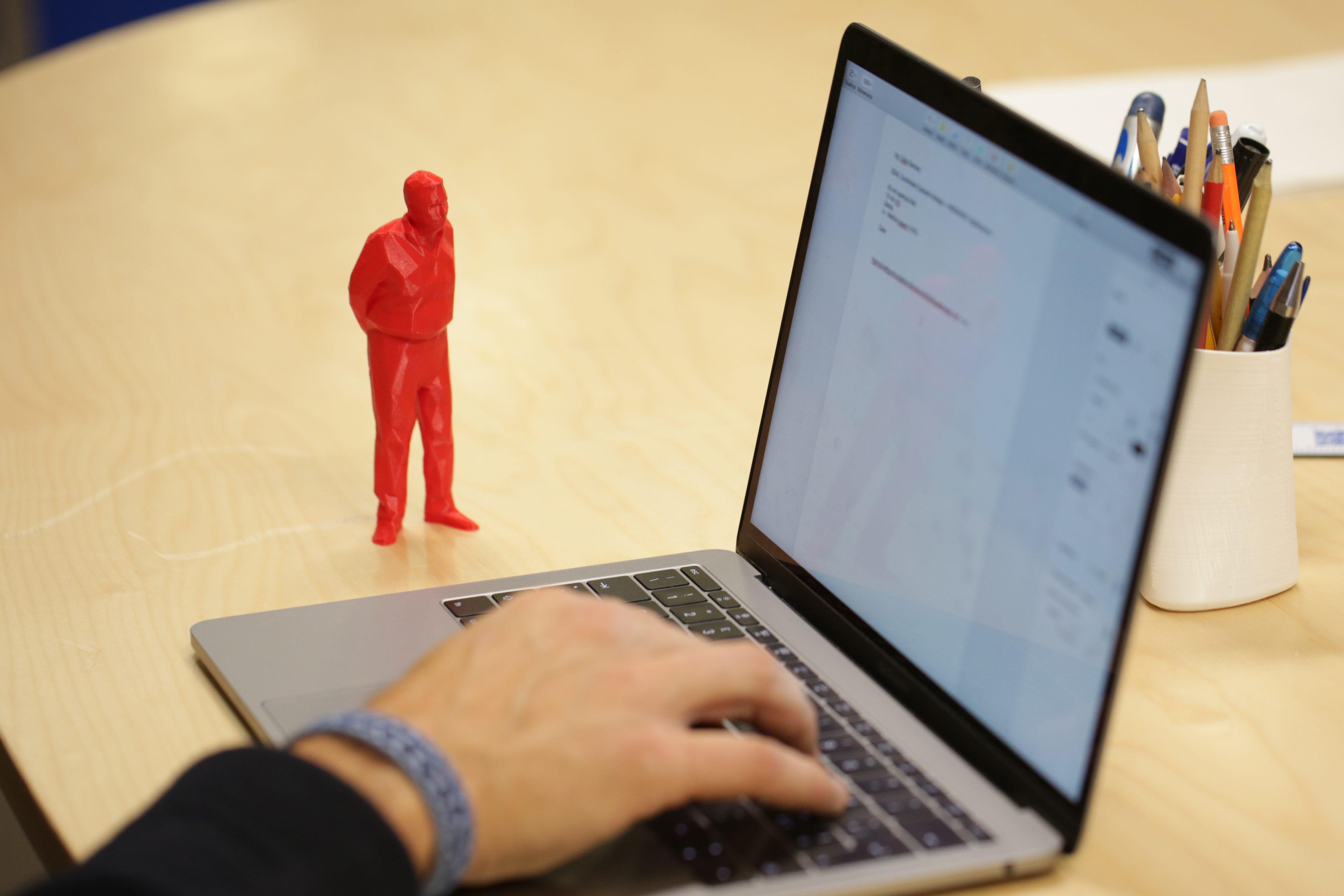 Ecco l'umarell da scrivania, l'anziano che ti guarda lavorare al PC