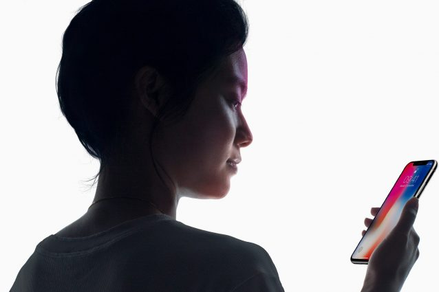 """""""Si vedono le imperfezioni della pelle"""": i selfie perfetti dell'iPhone X spaventano gli utenti"""