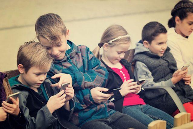 """Apple risponde alle pressioni sulla dipendenza da smartphone: """"Abbiamo sempre protetto i bambini"""""""