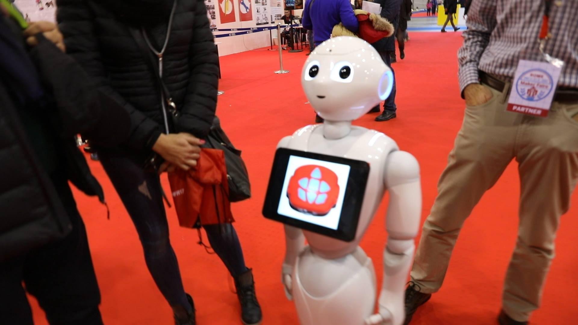 Robot che giocano a calcio, infornano pizze e servono drink: che spettacolo la Maker Faire