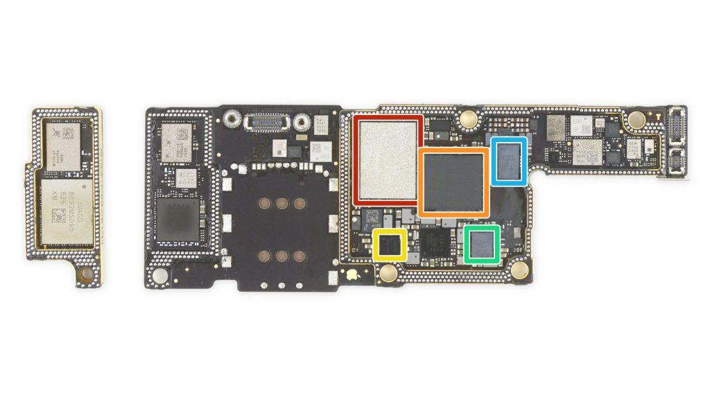 La scheda dedicata alle comunicazioni wireless di iPhone XS Max (Foto: iFixit)