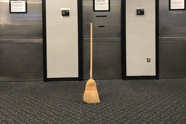 """Con la Broomstick Challenge """"oggi le scope stanno in piedi d"""