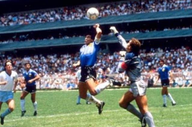 La 'Mano de Dios' e Maradona beffa Shilton.