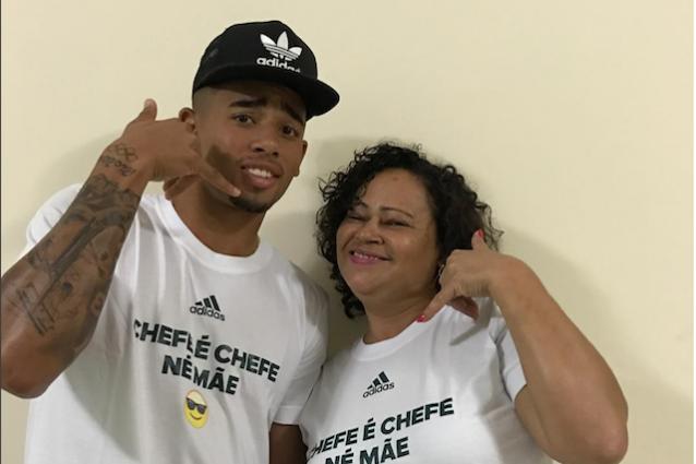 Gabriel Jesus in compagnia della mamma (foto Instagram dejesusoficial)