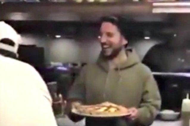 Il campione che porta la pizza ai clochard