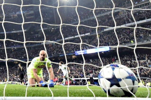 Pepe Reina raccoglie la palla dopo il gol del Real Madrid