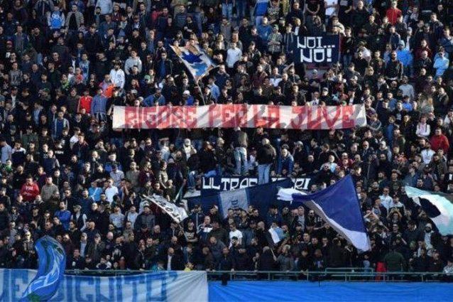 """""""Rigore per la Juve"""", lo striscione ironico dei tifosi del Napoli al San Paolo"""