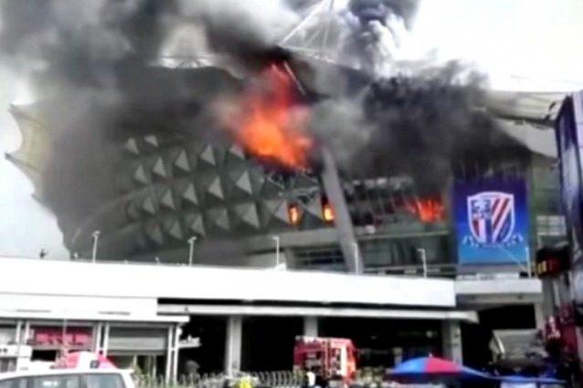 Shanghai : metà dello stadio è andato in fiamme