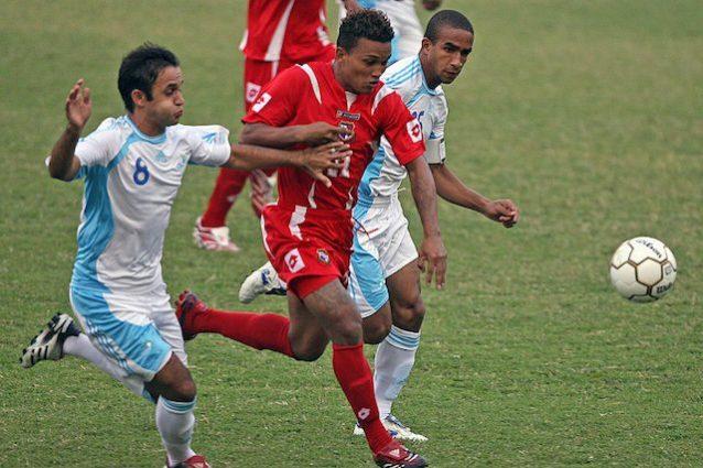 Henriquez con la maglia della nazionale panamense lotta contro due avversari