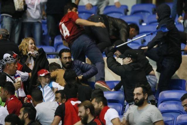 Un'immagine degli scontri del match tra Lione e Besiktas