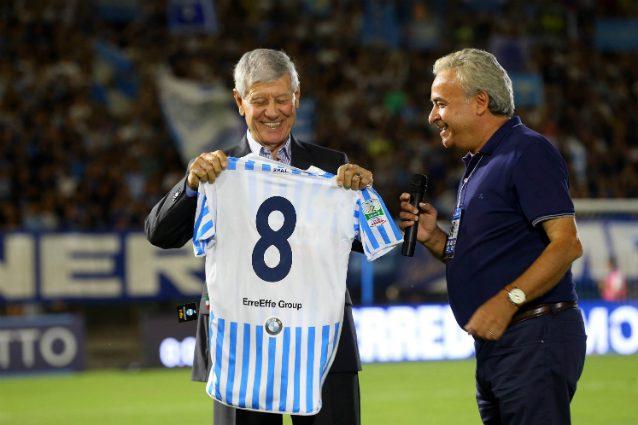 Oscar Massei, a sinistra, riceve una maglia celebrativa durante Spal–Vicenza di quest'anno