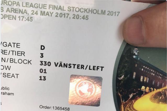 Un biglietto finto per la finale di Europa League, smascherato dall'ologramma (foto Twitter @ManUtdSpares)