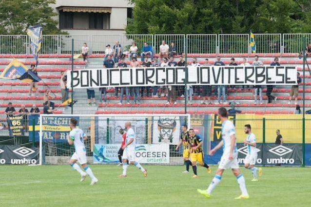 Lo striscione per Bonucci esposto dai tifosi della Viterbese in occasione del match contro la Giana Erminio