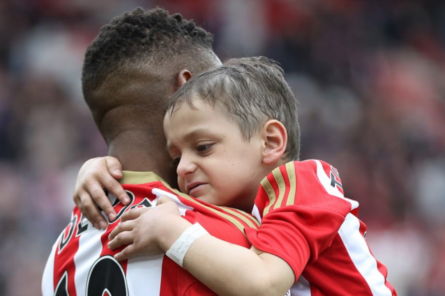 L'abbraccio commovente di Defoe al piccolo Bradley